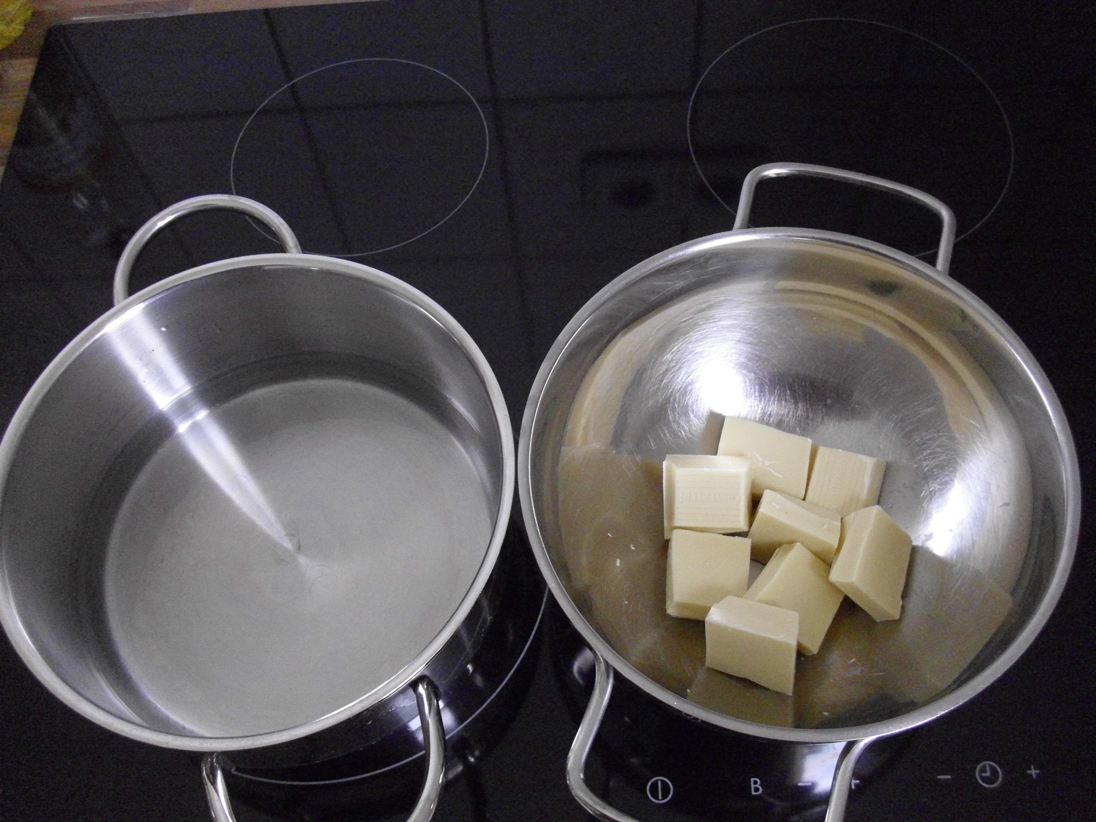 Ein Wasserbad zum Schokolade schmelzen und Butterschaumsauce aufschlagen