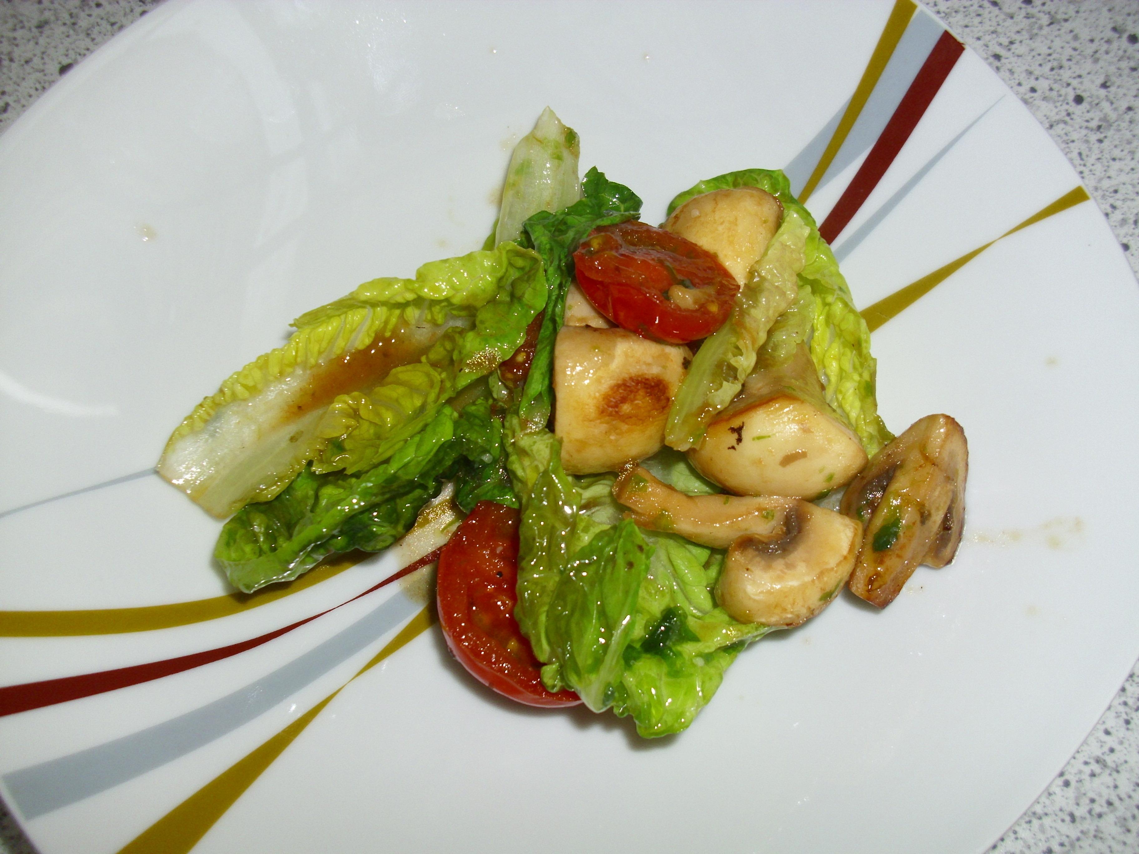 Warmer Romanasalat mit Pilzen und Cherrytomaten