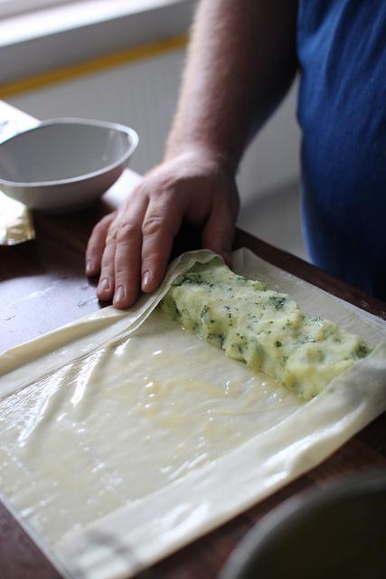 Vor dem aufrollen des Kartoffelstrudels die Seiten umschlagen