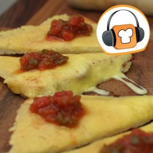 Altes Toastbrot und Käse mit Salsa, zu neuem Leben erweckt