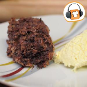 Die Schokolade ist flüssig wenn der Kuchen warm serviert wird