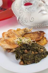 Mit Chorizo gefüllte Poulardenbrust an Rotweinspinat mit Rosinen und Reibeküchlein