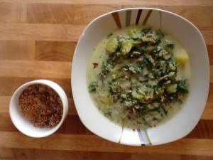 Die perfekte Kombination - Hackfleisch-Kartoffelsuppe mit Spinat und Frischkäse serviert mit Chillisalz