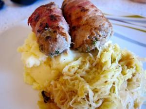 Slavinken auf Sauerkraut mit Stampfkartoffeln