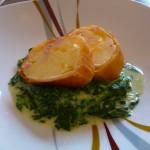 gebratene Wraps mit Kartoffel-Käsefüllung auf Spargel-Spinat