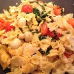 Pasta mit Huhn, Rauke, Champignons und Tomaten