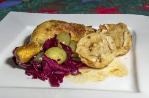 Maishähnchen an Rotkohlsalat mit ganzen Trauben und Laugenklößen
